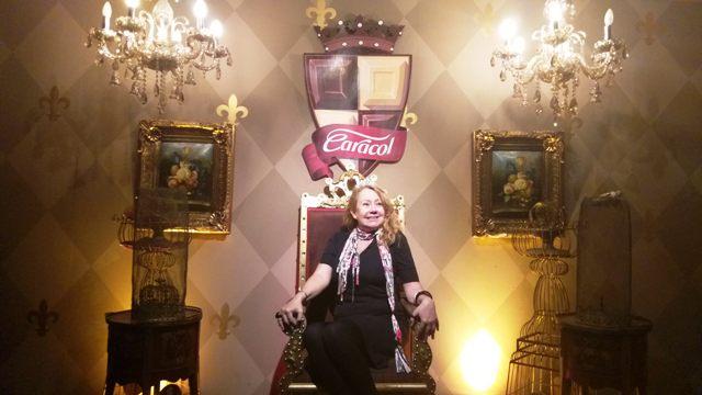 Eu pousando de rainha no Reino do Chocolate Caracol, em Gramado, na Serra Gaúcha