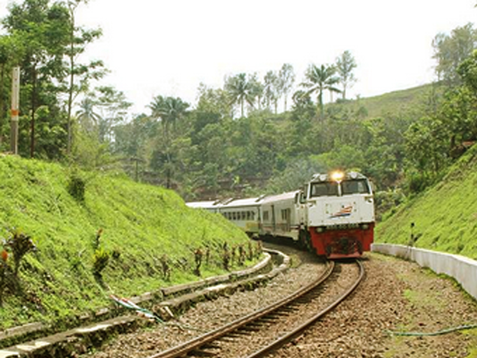 Kereta api Ciremai Bandung - Cirebon - Semarang