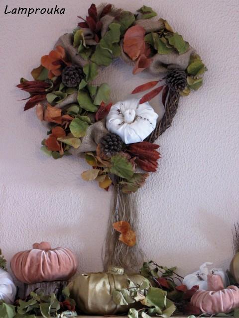 Φθινοπωρινό στεφάνι με κλαδιά και λινάτσα.