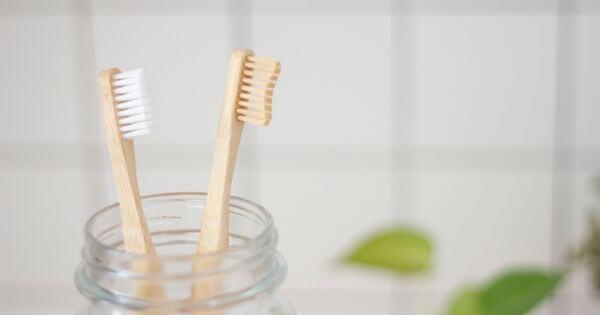 Membuat bibir merah dengan sikat gigi