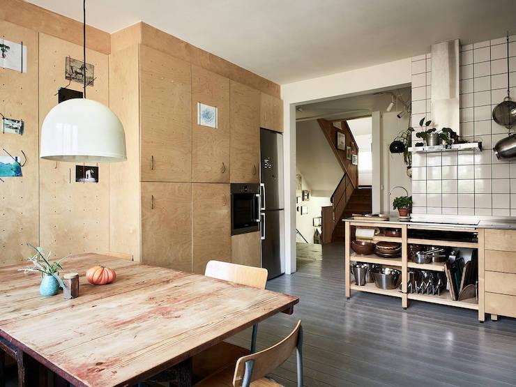 Un ático con una reforma de cocina low cost: cocina con tablero microperforado.