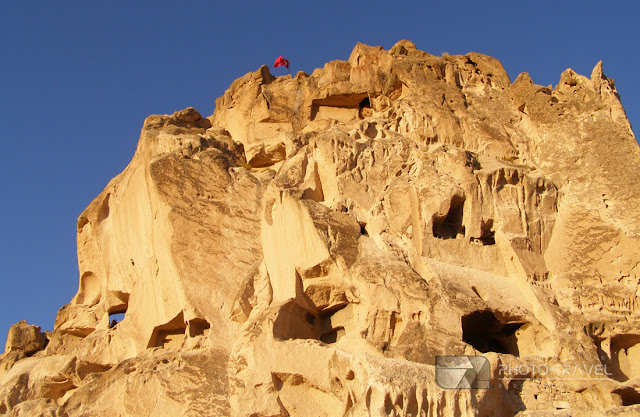 Co zobzczyć w Kapadocji? Uçhisar z imponującą fortecą - atrakcje turystyczne, bajkowe kominy, podziemne masta