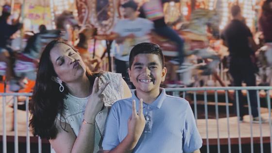 madre e hijo en una feria