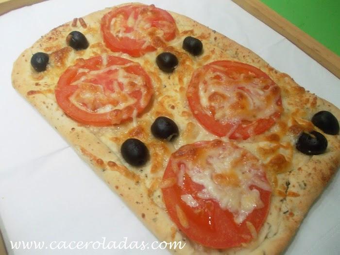 Focaccia aromatizada de tomate y aceitunas