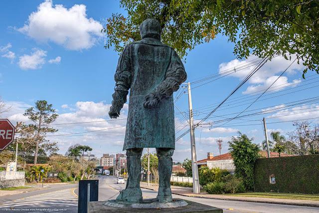 A estátua de Gabriel de Lara - vista por trás