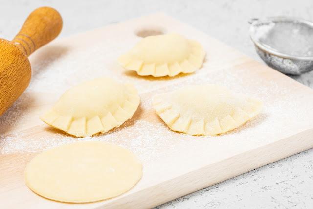 """Có đôi khi, vỏ bánh pierogi được làm từ bột lúa mạch (buckwheat) và cho thêm bạc hà vào làm hương. Vào lễ Giáng sinh, ở Phần Lan thường không ăn thịt nên người ta thay nhân bằng các nguyên liệu chay như nấm và dưa cải. Vào mùa hè, pierogi lại có thể khoác lên mình một """"nhân dạng"""" ngọt ngào với nhân mousse dâu tây hoặc phúc bồn tử."""