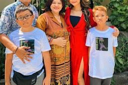 Marion Jola Rayakan Natal di Kupang