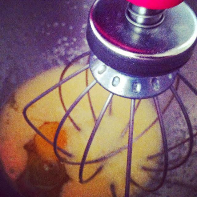 Bizcocho de calabaza y nueces, añadiendo huevos.