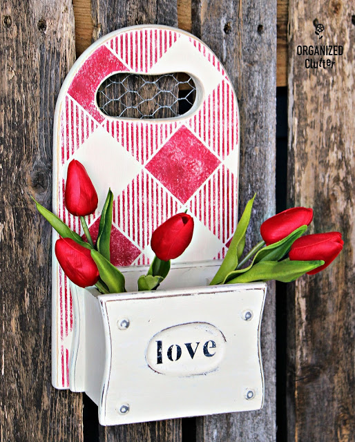 Photo of Valentine's decor made with a cutting board
