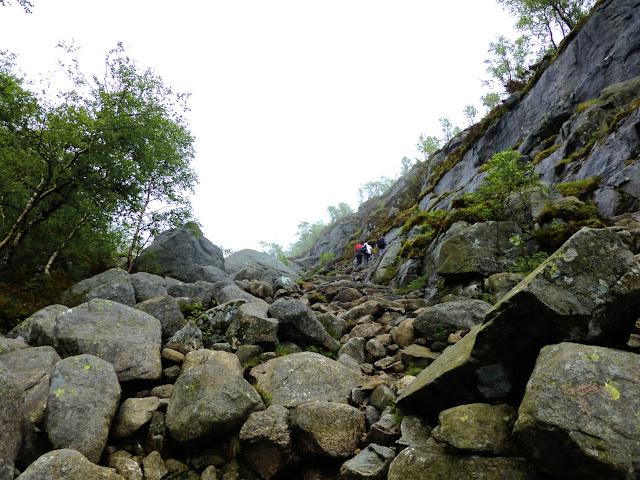 Rocas y desnivel del camino al Preikestolen
