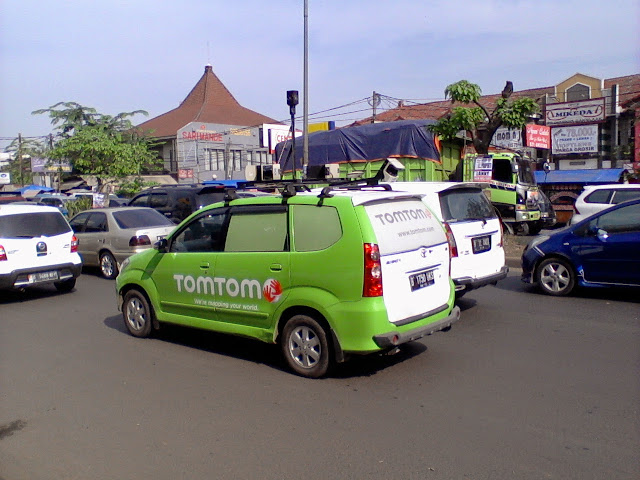 Mobil pemetaan Tom Tom di jalanan. https://alonrider.files.wordpress.com/2014/11/wpid-photo-0355.jpg