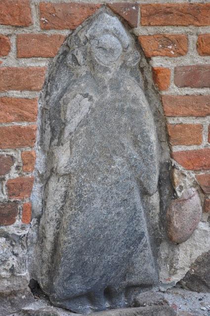 kamień z reliefem przedstawiający słowiańskiego boga w Bergen auf Rugen