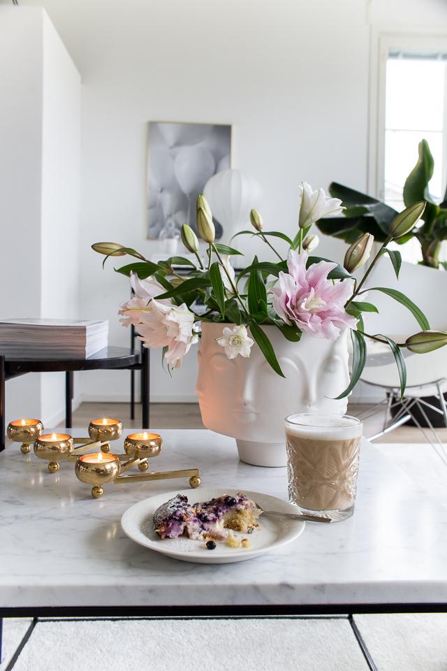 Villa H, jonathan adler kulho, ruusulilja, constella kynttelikkö, kahvihetki