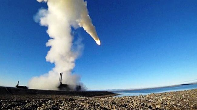 Sistem pertahanan Bastion menembakkan rudal P8 Oniks