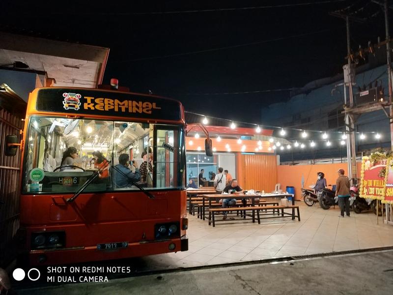 Terminal Kepiting, Sensasi Naik Bus Sambil Makan Seafood Lezat di Solo!