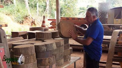 Bizzarri visitando depósito de madeira de demolição. Na foto escolhendo rodelas de madeira, sendo de postes de eucalipto tratado antigo. São rodelas apropriadas para fazer caminho no jardim. Além de ser bonito o revestimento, estamos preservando a natureza. 24 de março de 2017.