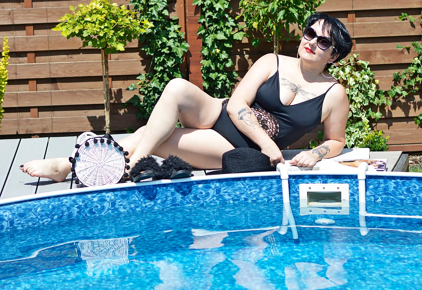 Stylizacja na basen, Czarny strój kapielowy na basen