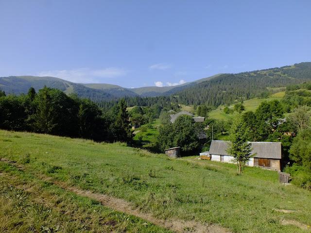 Вид на горы на подъёме из села Подобовец