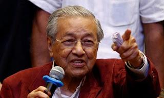 رئيس الوزراء الماليزى مهاتير محمد البالغ من العمر 92 عاما يؤدي  اليمين الدستورية