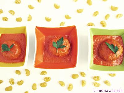 Albóndigas de atún con salsa de pimientos asados