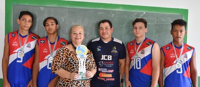 Atletas da escolinha Associação Volley Futuro agradeceram Secretária de Educação pelo apoio