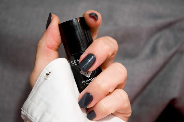 ciemny, grafitowy odcień lakieru do paznokci