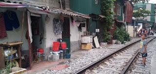 Las vías del tren que pasan por Hanoi.