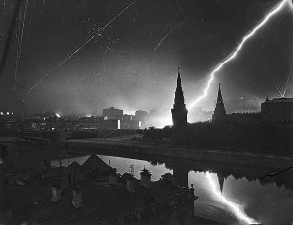 Rarest Historical Photos, That you can Never Forget. - Air raid on Moscow by Germany in the year 1941