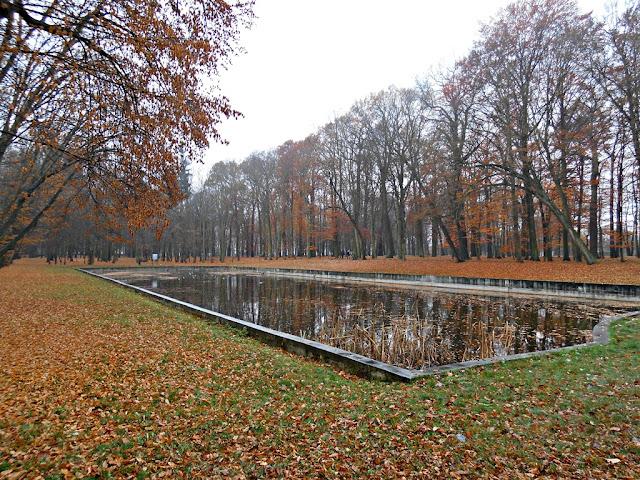 Pałac w Chocianowie jesienią, gdy żółkną liście.