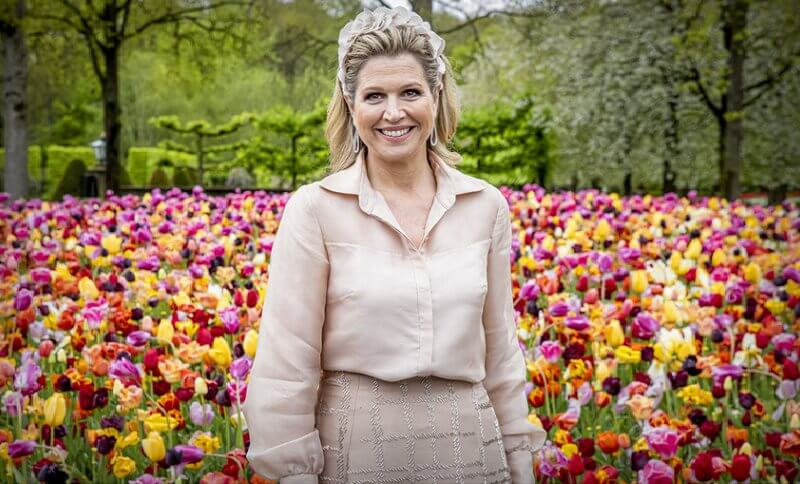 Queen Maxima wore a beige silk shirt and beige skirt from Natan, a hat from Fabienne Delvigne