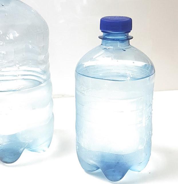 Eine Wasserflasche ohne Etikett, mit Kondenswasser außen