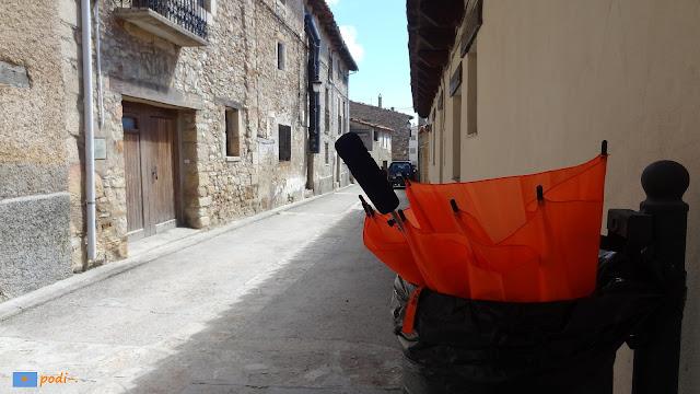 paraguas naranja en puertomingalvo