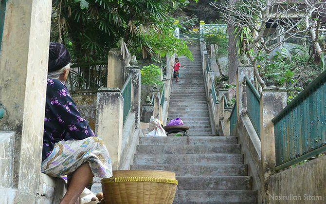 Menunggu dagangan di tepian tangga