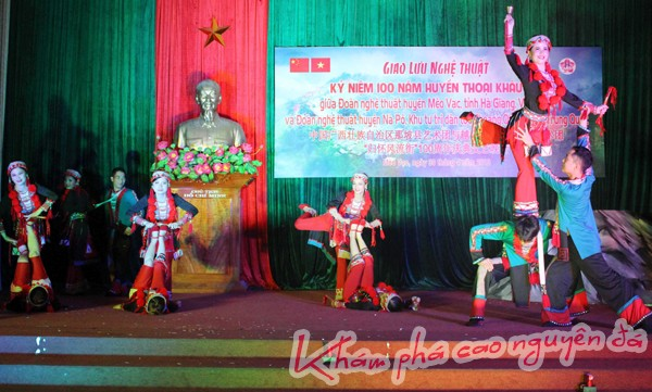 Chương trình giao lưu văn nghệ giữa huyện Mèo Vạc (Hà Giang, Việt Nam) và huyện Nà Pô (Quảng Tây, Trung Quốc).