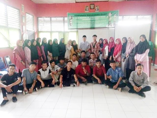 Kabag Sosial Kadarisman Sampaikan Materi Dalam Pelatihan HMI OKU