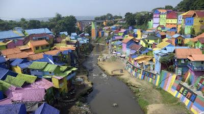 Lucunya malang, bangunan melanggar aturan dijadikan tempat wisata, padahal jelas-jelas merusak Sungai Brantas (tirto.id)