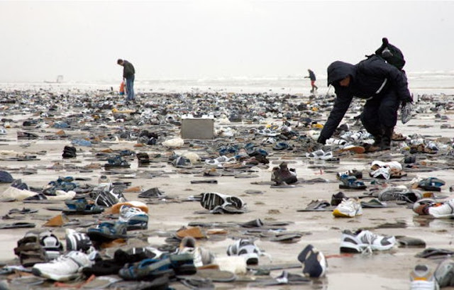 Milhares de sapatos na praia