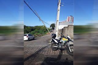 Poste fica pendurado após colisão de caminhão em João Pessoa