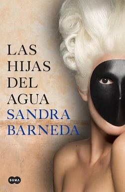 Portada de la novela Las hijas del agua de Sandra Barneda, en la que una mujer con el pelo blanco tiene una máscara lisa negra.