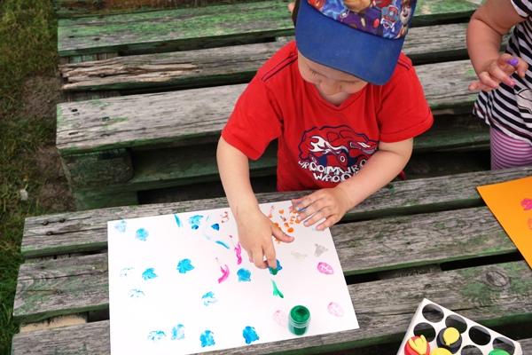 malowanie palcami na podwórku