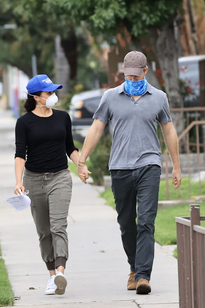 Meghan Markle and Prince Harry Wearing Masks Out in Los Angeles 17 Apr-2020