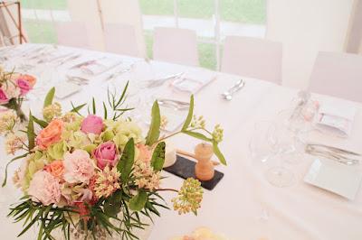 Mesa dispuesta para una boda sin platos en cada puesto de mesa