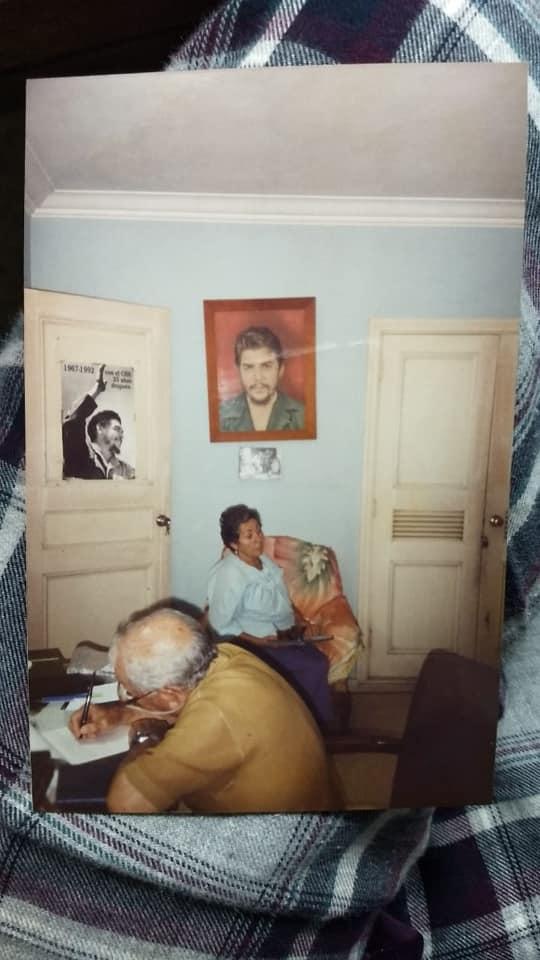 el doctor Alberto Granado Jiménez, cordobés anclado en Cuba escribe en su escritorio.  El fundó la primera escuela de Medicina de Santiago de Cuba en 1961. Ningún periodista argentino menciona ese enorme hecho.  Eladio González lo denuncia.