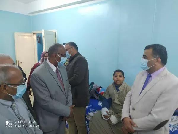 قيادات تعليم سوهاج يزورون الطالب هيثم محمد في مستشفى سوهاج العام
