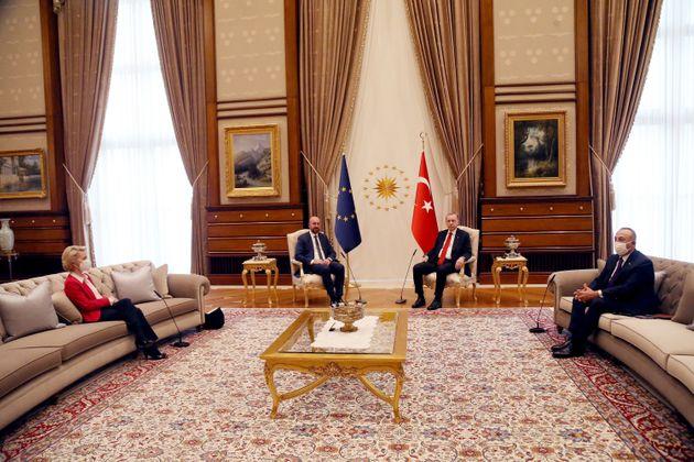Η διπλωματία της πολυθρόνας και του καναπέ