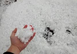 A foto traz a quantidade de granizo que caiu no forte temporal na Região do Vale dos sinos. Muitos estragos para as casas da população e a agricultura.