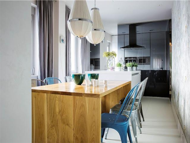mesa de comedor en madera con sillas metalicas tolix chicanddeco
