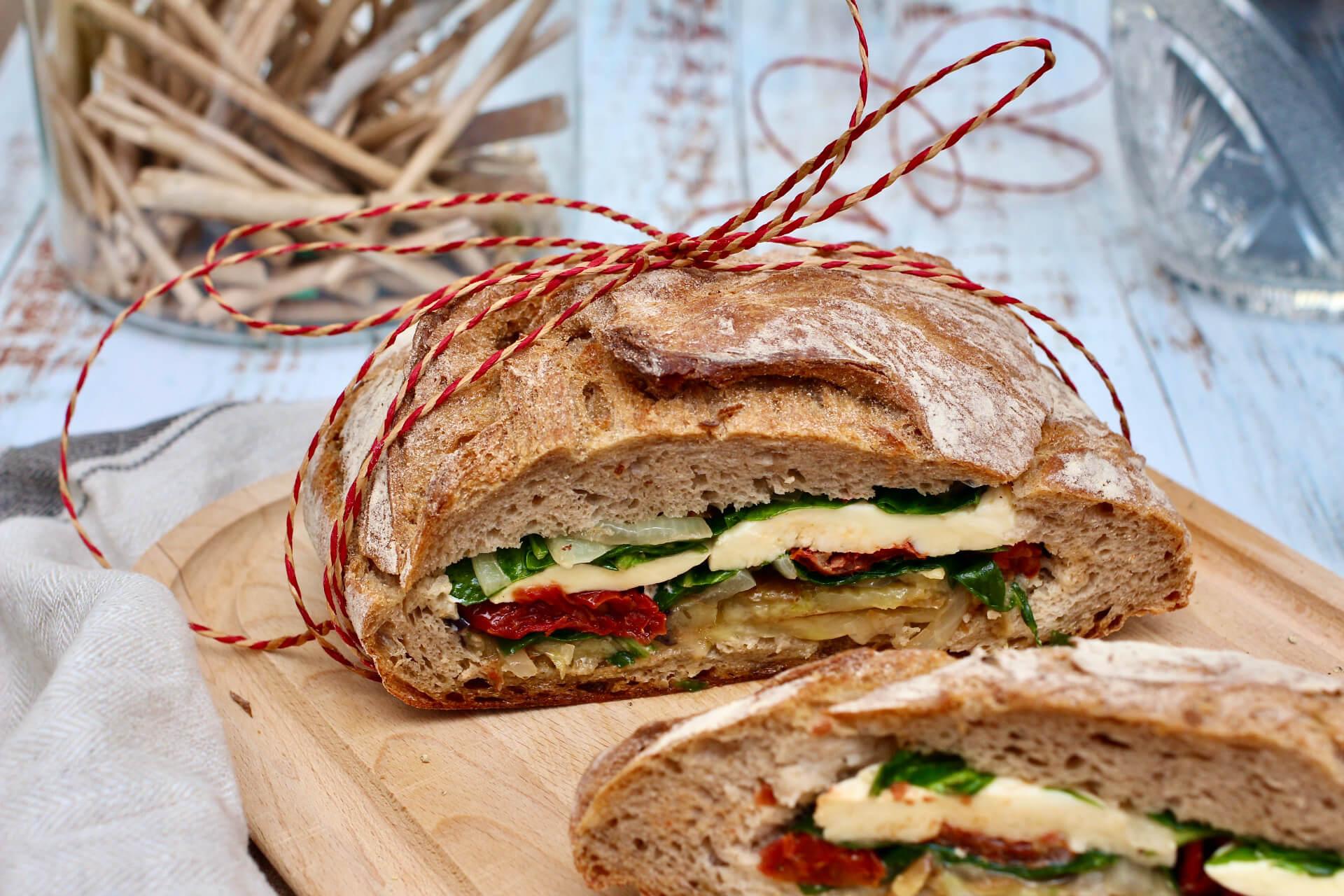 Picknickbrot gefüllt mit Gemüse