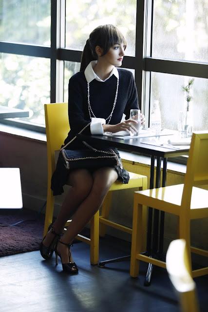 Marina Mochen como Andrea (Anne Hathaway) Diabo vesta prada fukne