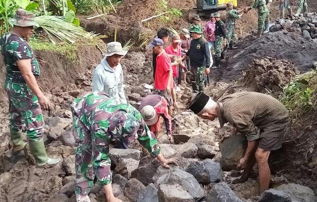 Personel Pra TMMD Bersama Masyarakat Bergotong Royong Mengangkat Material Ke Sasaran